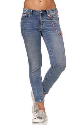 Jeans mit Perlenkette